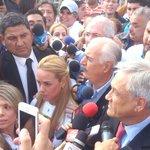 Lilian Tintori junto a los expresidentes Pastrana y Piñera en las afueras de Ramo Verde (vía @leoleitoleo) http://t.co/BY9rvNI52T