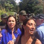 Con @MariaCorinaYA y @alcaldeledezma reprimidos y sin dejarnos avanzar... presidentes no consiguen aún entrar http://t.co/QdnQYygt45