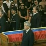 """El madurismo grita """"Fuera Piñera"""", pero, ¿quién escoltó el ataúd del """"Gigante"""" en su funeral? http://t.co/aAifBYZ4Vk"""
