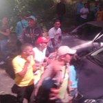 Estos son los Malandros agrediendo la camioneta donde viajan expresidentes. Dicen ser del Psuv. http://t.co/YQYGbUj6PB