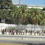 Mesmo com um sol forte, várias pessoas fazem fila em frente ao Maracanã para o show do @foofighters as 21:15h http://t.co/6UoBZuhIp3