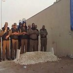 سبق/السعودية:تداول صورة لرجال أمن يؤدون صلاة الميت على قبر خادم الحرمين بعد انصراف الحشود التي كانت تزدحم بهم المقبرة http://t.co/IXcRDrdV4F