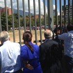 Pdtes @sebastianpinera y @andrespastrana_ frente a la inmensa cola por alimentos en Bicentenario PzaVzla http://t.co/geyclH1MSE