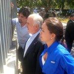 #25E @MariaCorinaYA les muestra a @AndresPastrana_ y @sebastianpinera el drama de las colas en Bicentenario. http://t.co/35TxJ2ha53