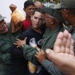 Insólito! Lucha sin cuartel por un pollo. Esta foto debería recorrer el mundo --> http://t.co/PZA4hdco2o