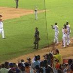Mario Santiago luego de recibir la ovación del público. Otra joya de pitcheo.. http://t.co/LXjDhn24IP