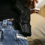 Официанток в американском кафе обязали носить заряженное оружие (ВИДЕО) http://t.co/DXQUBytEhy http://t.co/MixBByauAF