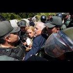 Este es el trato que nuevo mejor amigo de Santos y Holguín le dan al expresidente Pastrana. Así tratan la oposición http://t.co/aKjJtuSgq0