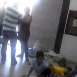 Así duermen, en el piso, los niños en el Bicentenario de Babilon en #Barquisimeto mientras sus padres hacen la cola. http://t.co/HQSriV9dOr