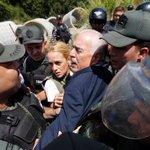 Pastrana ex pdte Colombia vapuleado x GN a entrada cárcel donde está Leopoldo Lopez Pdte Santos calla http://t.co/gMyT1RLLQN