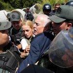 Y después Maduro dice q estamos en Democracia. @liliantintori y @andrespastrana_ cara a cara contra el atropello http://t.co/XBT0VEpDNQ