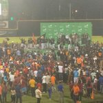 Los jugadores comienzan a subir a la tarima para recibir el trofeo. #GigantesCampeones http://t.co/KnPtHNP7vC