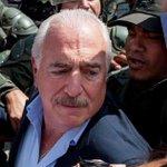 La foto que le está dando la vuelta al mundo: El expresidente @AndresPastrana_ intentando visitar a @leopoldolopez http://t.co/eBvXDXEcki