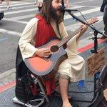 조금 전에 볼일이 있어 할리우드에 잠시 갔는데 길거리에서 jesus께서 노래하고 계심ㅋㅋㅋ 재밌어서 보고 있는데, 잠시 후 신경질적으로 할렐루야를 외치며 예수천국불신지옥교 신도분이 사람을 막 밀치고 지나감. http://t.co/b0Kka264pn