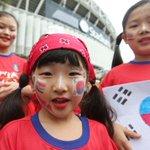 [#핫포토]호주 시드니의 스타디움에서 2015 AFC 아시안컵 준결승 한국 대 이라크 전을 앞두고 얼굴에 태극기를 그린 교민 어린이들이 대~한민국!을 외치고 있습니다.http://t.co/RBAD8oQ1qF http://t.co/inJkEyjMLC