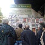 #ekloges2015 #grecia2015 #Syriza La imagen del dia: lectura de titulares en una calle de Atenas http://t.co/mA39hfkPBv