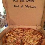"""Когда ты просишь рисунок на коробке пиццы """"Все художники работают в Старбакс"""" http://t.co/BRObT4KV8t"""