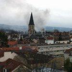 #rueilmalmaison @leparisien Incendie en cours sur Rueil. On peut entendre les camions pompier qui sexcitent... http://t.co/pURlTglQJp