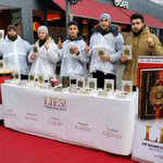 """""""Le doigt en lair est le symbole dallégeance à lEtat islamique"""" Distribution de Coran à Paris janvier 2015 #VFrVN http://t.co/EzELwAHd4T"""