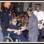 A Decade Old Photo: #rklaxman receiving Padma Vibhushan award from @APJAbdulKalam in New Delhi on March 28, 2005 http://t.co/3kYgU2DgFC
