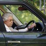 Quand la reine dAngleterre trollait le roi Abdallah en conduisant sa voiture http://t.co/45KUAIpdmL http://t.co/5UkCGZVSR1