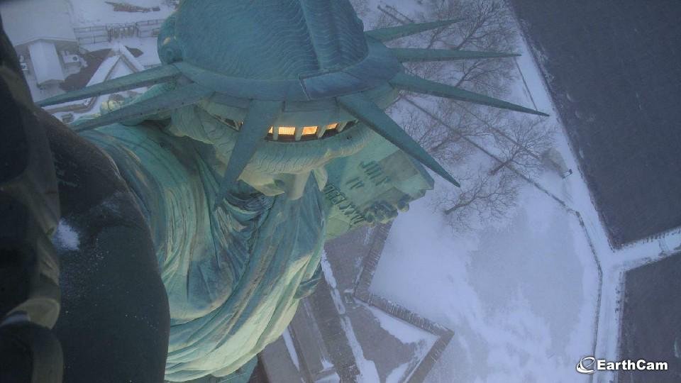 Worth dipping in to #NYC EarthCams. This pic from Statue of Liberty TorchCam http://t.co/7AShNBguPb #blizzardof2015 http://t.co/oFM5xK1YzT