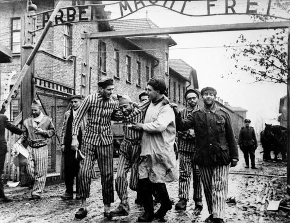 RT @MiguelMorenatti: 70 a?os de esta foto, el d?a q el mundo conocer?a la crueldad m?xima del ser humano. 27/1/1945 Liberaci?n Auschwitz. h?