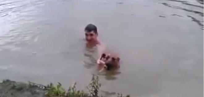 Hombre finge que se está ahogando y su perro se lanza al agua para rescatarlo