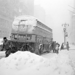 """""""@WSJ: A 1947 snowstorm left 25 inches of snow in NYC. Photos of blizzards from years past: http://t.co/sRanjUhSi7 http://t.co/NnfmahChbG"""""""
