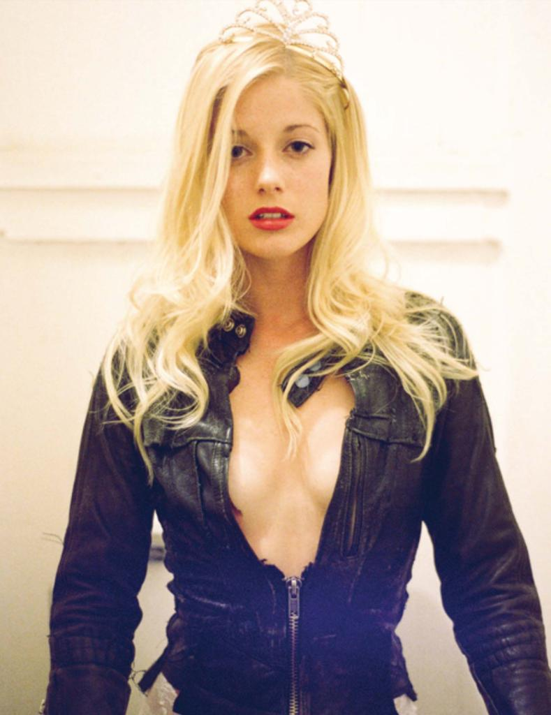 #cleavage #leather #junker #princess #hollywoodtoilets #crookedtiara #redlips #ucanlookbutucanttouch