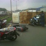 Truk Angkut Motor Baru Yamaha Terguling Di Tol Cakung KM 47 http://t.co/sYyQbRXvgs http://t.co/RghQwf94lS