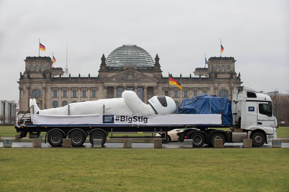 Tolles Bild! -> RT @NiewierraSPR: #BigStig in Berlin: der heimliche Star der TopGear Serie heute ganz groß! http://t.co/6Sj8lbW3qh