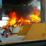 Otra foto del auto incendiado en peaje lateral de Vía Israel de Atlapa, Corredor Sur. Foto/@Traficologo http://t.co/NWvs6NTW1g