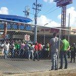 Paradas llenas en la Doña usuarios a la espera de transporte @TReporta @rpc_radio @TelemetroRadio http://t.co/RBj6Yr8BfV