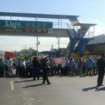 Grupo de jubilados tiene cerrado 2 carriles en La Tablita de Aguadulce, Coclé. PN en el área. Vía @protegeryservir http://t.co/hcsWtvYr2i