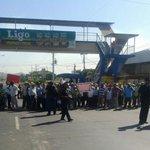 Un grupo de jubilados tiene cerrado los 2 paños en La Tablita de Aguadulce, Coclé. Efectivos de la PN en el área http://t.co/6VEsmeaXeY