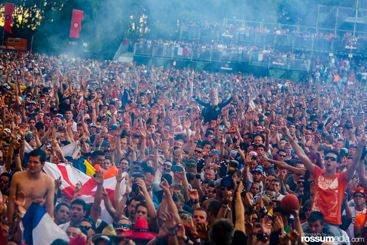 I just found a guy holding a pineapple in one of my #DefQon 1 photos xD   #LOL http://t.co/78v7qQct6t