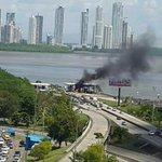 Vista áerea del incendio del auto en Corredor Sur y luego como quedó @CriticaPa @TReporta @rpctvpanama http://t.co/Am3D517AH8