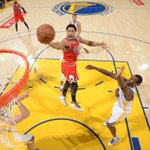 .@ChicagoBulls outlast @Warriors in a dramatic finish,113-111. D-Rose overcomes TOs, nails game-winning jumper. http://t.co/4j96zYtBxe
