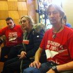 dignidad se viste de rojo y lucha en Pleno del Ayuntamiento d Zaragoza. Con compas @PLAFHC en Aragon q piden NO Morir http://t.co/wOdxaQW3o3