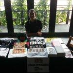 Abg Meor dah siap siaga nak layan permintaan tinggi korg terhadap merchandise Projek Rabak.  Woooo!  #IpohKreative http://t.co/y3wUt7EKek