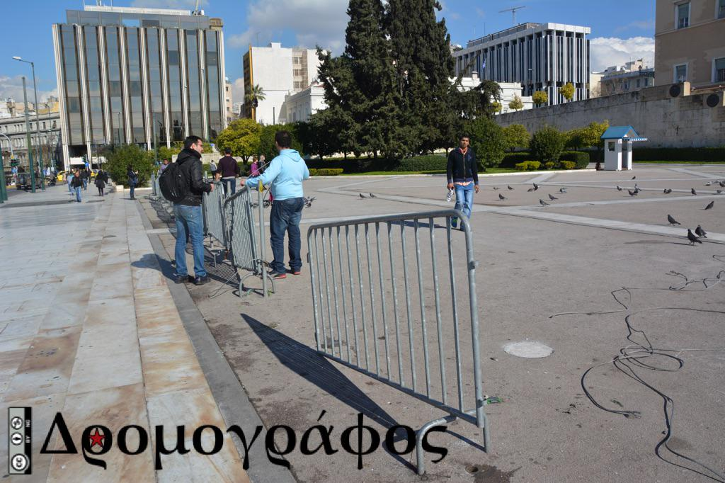 "The fence ""protecting"" the parliament from the people (yes, we had that in #Greece) is being removed v @dromografos http://t.co/uvMUeOWIHQ"