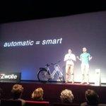 Joost van Velzen en Melvin Egberts vonden het interactieve achterlicht uit #smartbike #SmartCities #8Rlicht http://t.co/zInGYbzUm6