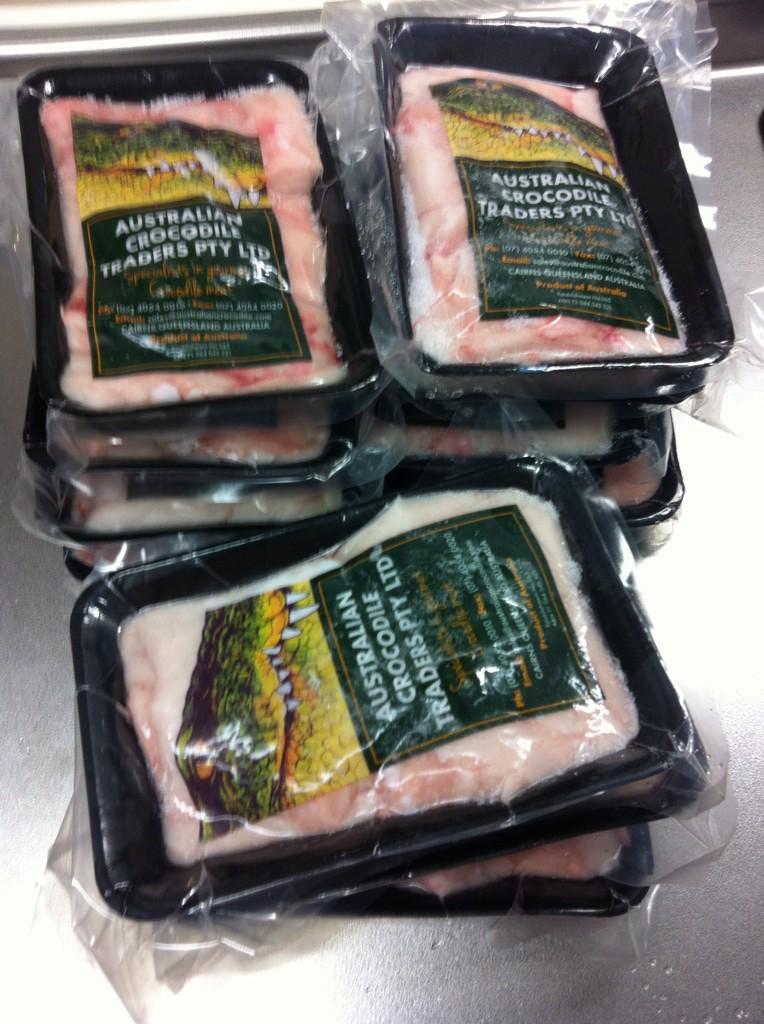 【白いワニカレー】週末のさるフェスにむけて今晩より仕込みはじめます。年末に発注して、正月中ずっと冷凍庫にあったワニ肉100人分。 http://t.co/I9lMSIqLTI