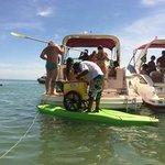 Ambulante põe carrinho em prancha para vender picolé no mar no Espirito Santo http://t.co/jXFZvNhZIQ #G1 http://t.co/HpqQMOzFV7