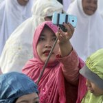Indonesian cleric calls selfies a sin. Muslim youth respond with selfies. http://t.co/XCXMlCyNVX http://t.co/jpRXwb4MRp