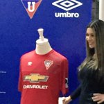Esta es la camiseta alterna de @LDU_Oficial para la temporada 2015. #NocheBlancaEnLaRed http://t.co/EIq8IfCcaN