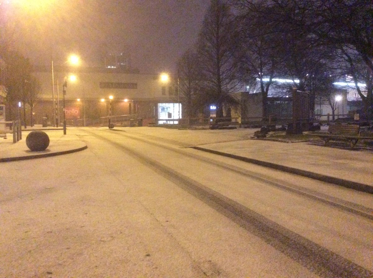 Sudden downpours of hail and snow affecting Blackburn area. This is Darwen Street a few minutes ago @BBCLancashire http://t.co/jqqB3If4fd