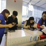 #アップル 決算は予想を上回り、iPhone販売台数は過去最高、中国売上高は70%増加した。中韓勢に対抗してなぜ安いスマホを発売しないのかと批判を浴びていた同社だが、見事なしっぺ返しにhttp://t.co/zy1MyQ9cpH http://t.co/WvgFby383y