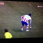 Arda Turan lanza una bota al linier (video) http://t.co/SiCYVAd4zI #futbol http://t.co/84if6eXGxA